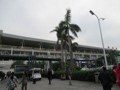 16:02 珠海駅前着。 多くの人で賑わっています。聞こえてくるのは普通話と広東語半々くらいな印象。 以前行った深センほどではないですが、どこでも普通話なんですね。  香港から深セン遠出記録「HK express☆深セン周遊週末旅(1)一日目大鵬所城編」 https://4travel.jp/travelogue/11190195  ベンチに座り、先程買ったおにぎりを食べて一休み。 ごはんのにぎりがゆるい。