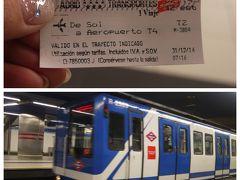 前日から悩んでいたのは空港に行く方法。 行きは夜遅かったので選択肢なしのタクシー移動だったけど帰りは早起きさえすれば時間はある。 安いのはバスか地下鉄だけど早朝の地下鉄の移動は安全性からやめておいた方がいいらしい。 じゃあバス?と思ったけど空港行きのバスがアトーチャ駅から出ているのは分かったけどアトーチャ駅のどの辺りからなのかわからない。 アトーチャ駅…結構広かったよな…。 あそこでバス停探してウロウロは辛すぎる。 って事で地下鉄で空港に向かうことに決定。 朝7時過ぎにホスタルを出発してソル駅へ。 外はまだ真っ暗。 駅まで歩いていると次々とタクシーが寄ってきた。 いや電車で行くから大丈夫だよ! 早朝の地下鉄は治安が良くないと聞いていたけど駅の保安員みたいな人一緒になってちょっと安心。 向かいのアトーチャ駅行きのホームにはスーツケースを持った人が何人かいたけどこっちのホームには皆無。 みんなバスで空港まで行くのかな? アトーチャ駅から別の都市に行くのかもしれないけど。  この旅行記は↓ https://4travel.jp/travelogue/11433989 の続きです。