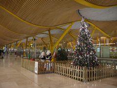 で身軽になってちょっと空港ウロウロ。 クリスマスツリーがまだある~。