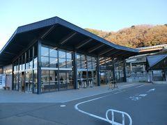 ハイキング出発点の相模湖駅。靴洗い場や更衣室が備えられていました。