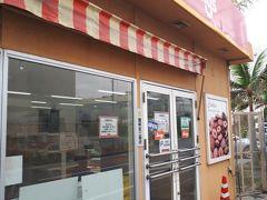 レンタカーを借りたら、ホテルのある恩納村に向かいます 途中、沖縄の有名なケーキjimmy'sのファクトリーショップに寄りました 駐車場は店横に3台 店前に停めたら、注意されました