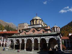 青い空に映えるリラ修道院