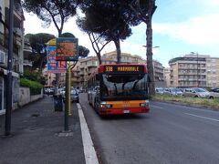 バスに乗ってローマ市の郊外エリア(?)へ行っていました。