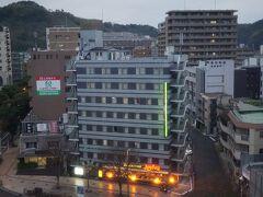 朝7時に目が覚めた。 外は雨・・・  なお、客室は最上階の10階だったけど、 景色はそんなによくない。 向かいにはグッドインホテルとジョナサン。