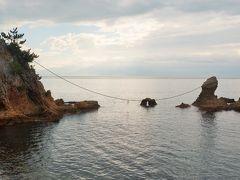 海岸に、注連縄が掛かる男女岩(みょうといわ)があります。 縁結びの名所になっています。