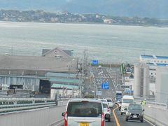 江島大橋は、島根県松江市から鳥取県境港市へ中海をまたいで結びます。 松江市側の坂が急勾配で、まるで壁のようなところから「ベタ踏み坂」と呼ばれて有名です。