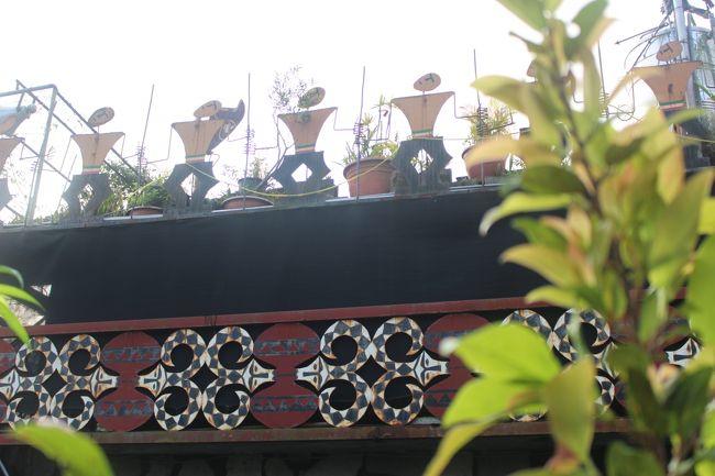 民家の屋根にこうしたモニュメントが。カッコイイ