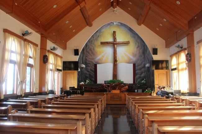ここで毎週日曜ミサが行われるという<br /><br />宿の主人は「この教会は、東南アジアで一番デカイんだ」と誇らしげに教えてくれた