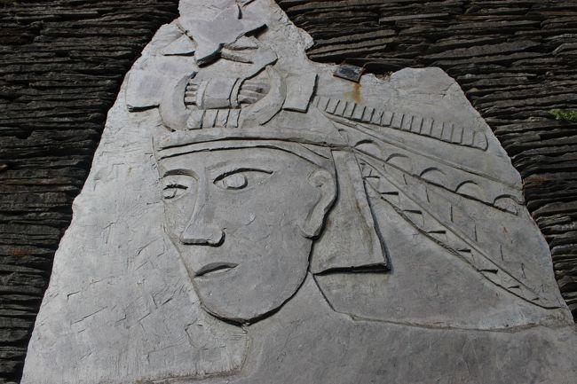 宿の主人曰く「帽子の百合の数はとても大切な意味を持つ」という。<br /><br />捕獲したイノシシの数を示しているという。勇者の証。