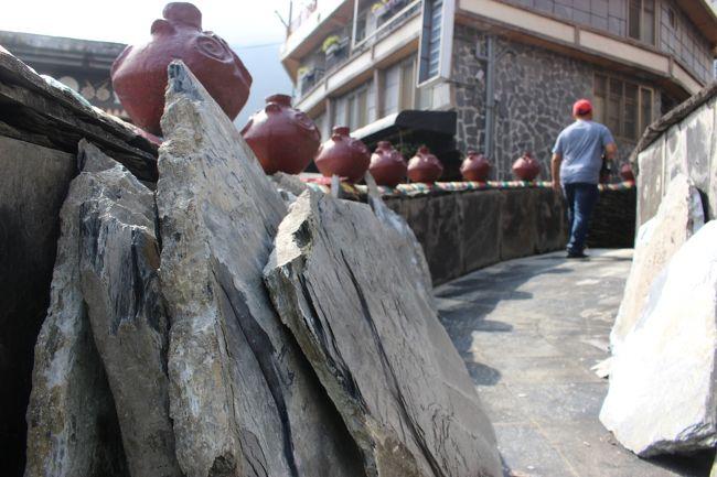 工事現場には、こうした石版が置かれている。<br /><br />かっこいい。