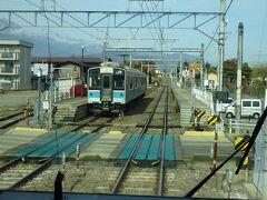 信濃常盤駅。 上り電車とすれ違い。