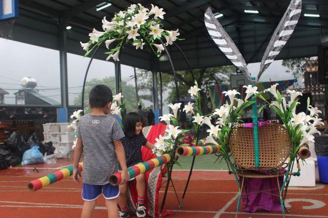 小学校では結婚式が終わったばかりだった。<br /><br />新郎新婦の椅子で、子供達が遊んでいた。