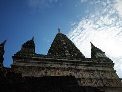3時過ぎにまた馬車のおじさんに迎えに来てもらって、今度は仏塔&夕日を見に行きます。 3時すぎると大分日差しも柔らかくなっていました。  こちらは、インドのブッダガヤにある寺院を模したというマハーボディーパヤー。