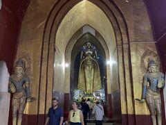 食事の後は、近くのアーナンダ寺院に行きました!