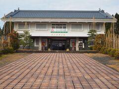 福井県陶芸館。 全く事前に調べずに行き当たりばったりで来てみましたが、越前陶芸村はかなり広くて、施設も色々あり、陶芸家の工房なんかもあったりするみたいです。 茶室もいくつかあるようでした。