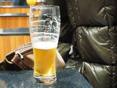 15時過ぎには小松空港でレンタカーを返して、お土産を買い、相方はラウンジでビール。 この先運転がないもんね。 今回も運転お疲れ様でした。  小松空港のANAラウンジは小さめで、途中からどんどん混み合ってきました。