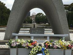 慰霊碑から平和の灯、更に原爆ドームを通してお祈りを捧げます。