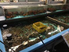 札幌と比べると小ぢんまりしていますが、花咲、タラバなどなどたくさんの新鮮な魚介類が店先に並んでいます。