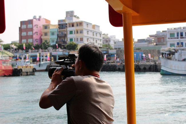 TVBSの腕章をつけたカメラマン。<br /><br />翌々日くらいから、数年に一度の祭りがあるんだそうです。<br /><br />使ってるカメラはソニー。S×Sを使うタイプ。<br />日本で使用されているのと同じのでした。