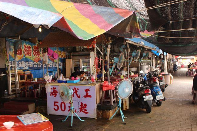 看板には「50元から料理します」<br /><br />隣の市場で買った海産物を、200円ぐらいから調理してくれるらしい。