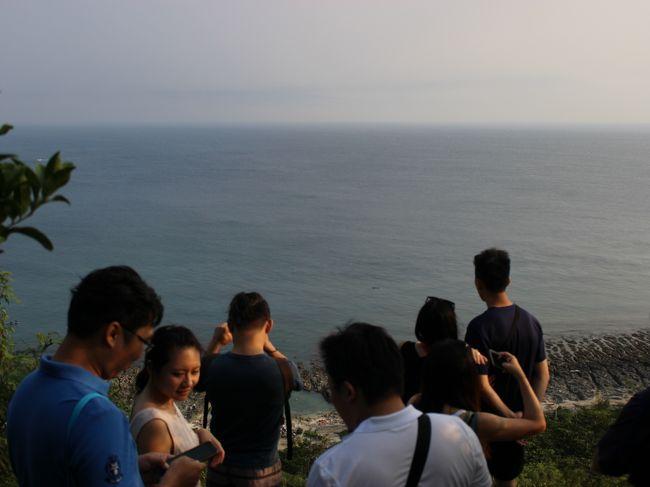 大木からちょっと登ると、景色のいいスポットが。<br /><br />台湾人観光客。