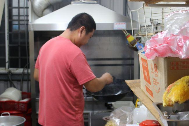僕がアチアチしている間、店の兄ちゃんは、厨房でジャッジャッ続けていた。<br /><br />店内においしい音が響き渡る。