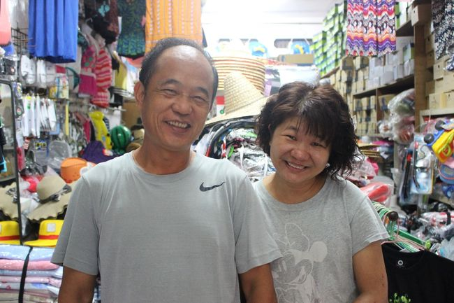 ダイビングに必要な水着を買いに雑貨屋さんへ。<br /><br />安い水着とサンダルを探しているというと、店のおばちゃんがあれこれ世話を焼いてくれる。<br /><br />「どこの省の人?」と質問してくる。<br /><br />「日本人です」と答えると<br /><br />「そういうことか~!!大陸の喋りな気はしたけど、なんか方言にしてはちょっと聞いたことない感じだし!!」<br /><br />「大陸で学んだ中国語なんです」<br /><br />「なるほど、そういうことね。小琉球は旅行で?」となんやかんや世間話をする。<br /><br />娘さんが2人いること、その1人が台北にいること、親戚が福岡にいること。陥没した場所のすぐ近くにマンションを持っていること、などなど、いろいろ教えてくれた。<br /><br />「博多駅のすぐ近くのマンションの価格が〇〇なのに、台湾で〇〇では何も買えないわ!!どうなってるのよ!!」<br />と、怒っていた。(すぐに書かないと忘れちゃうんだなぁ)<br /><br />「大陸の人たちが投資で買い漁っているんじゃないんですか?」<br /><br />なんて話をしているうちに、少しずつ、2人の娘との関係がうまくいってないこと、でも旦那と娘の関係は良好なこと、ちょっぴり孤独感を感じていることなども伝わってきた…<br /><br />親しくなってきたところで一言<br />「もっと安くしてください」と頼むと<br /><br />「かー!!あなたは言葉だけでなくてマインドまで中国人を学んでるのね!!」と嫌味を受けたが、安くしてくれた。<br /><br />最後記念に旦那さんとパチリ。