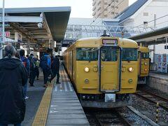早朝に出発して、播州赤穂駅に到着。 ここから黄色い列車に乗り換え。  車内の会話を聞いていると、日生に向かう人が多いみたい。 牡蠣好きだらけの列車。