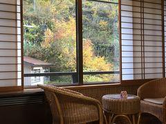 松之山温泉の白川屋旅館にチェックイン。松之山温泉は山の中の静かな温泉ですが、日本三大薬湯に数えられるらしく、石油のような独特の香りのお湯が印象的でした。 白川屋旅館は昔ながらの温泉旅館といった趣があり、ゆっくり休めました。夕食はこれも温泉旅館らしくこれでもかの盛りだくさん。お腹はちきれそうでした。