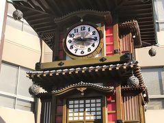 道後温泉本館の100周年を記念して造られたという坊ちゃんカラクリ時計。 道後温泉本館の振鷺閣をモチーフにしたもので、毎時0分(土日祝は0分と30分)になると夏目漱石の小説「坊っちゃん」の登場人物が姿を現すからくりが・・・ 見たかったけれど、後15分・・・待たなかった(笑)