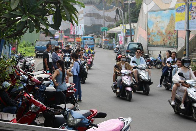 島内をバイクで走っていると、バイクで一斉に移動する団体さんがたくさんいた。<br /><br />週末だし、数年に一度だというお祭りを見るためだろうか。