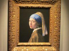 「真珠の耳飾りの少女」  ちょっと脱線して、鳴門の大塚国際美術館にあるコピー版です。こちらは額の色が薄めです。光の加減かもしれませんが・・ 額までオリジナルに沿っているのはさすがです。