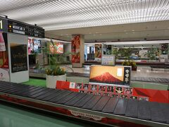 宮崎空港到着~! 正式名称は「宮崎ブーゲンビリア空港」  最近の飛行場は名前が長い! セントレアも名前が変わったら嫌だなあ。  セントレア味噌カツ空港とか セントレア常滑焼き空港とか(笑)  ただでさえダサいと言われてる愛知県が より悪化してしまう。  どうか名前が変わりませんように!   宮崎空港はゴルフ推しがすごかった。  レンタカーを予約してたので レンタカーを借りてホテルに向かいます。