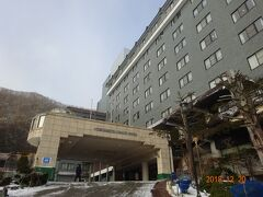 1泊目は登別温泉の登別グランドホテルです。ホテルの周りは結構積雪が有ります。