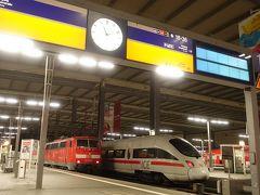 ホフブロイハウスでの素敵なディナーを楽しんで、ミュンヘン中央駅へ。今晩の宿は夜行列車です。 日本では数少なくなってしまった定期夜行列車の旅も、ヨーロッパではまだまだ楽しめます。  今回乗車するのはミュンヘン発ヴェネツィア行きのnightjet、OeBB(オーストリア国鉄)の運行する列車です。この列車、ミュンヘン出発時にはハンガリーのブタペスト行き・クロアチアのリエカ行きを併結したまさかの3併結!途中(多分ザルツブルクHbfとフィラッハHbfではないかな)で切り離しながらそれぞれの目的地に向かいます。