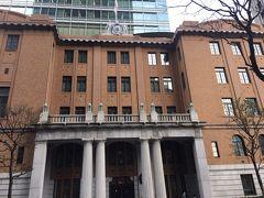 「三菱UFJ信託銀行 信託博物館」の入っているこのビル、「日本工業倶楽部会館」。1920年(大正9年)に、地上5階、鉄筋コンクリート造・一部鉄骨造で完成しました。  日本における数少ない本格的なセセッション様式の建物で、全体に、「雅にして堅」を旨としていて、国賓を迎えることを考慮して、入り口にはドリック・オーダーが配され、正面階段も広くとられています。