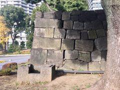 和田倉門の渡櫓門の石垣も残されています。 この門内に和田倉と称する蔵が2棟あったため和田倉門と呼ばれたそうです。
