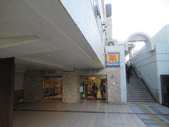 駅ビルウィング久里浜の1階を通り抜けます。