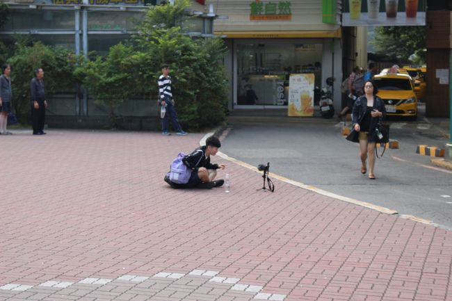 台南駅を降りてすぐの広場<br /><br />YouTuberかな。<br /><br />迷いのなく突き抜けている感じで撮影していて、格好良かった。<br /><br />なぜか、ライバル心が燃えた。