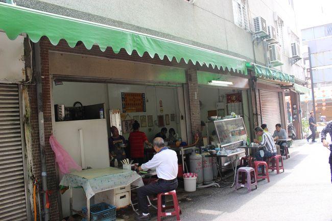さらに進む。<br /><br />もうすぐお昼。<br /><br />ご飯食べたいと思っていると、1本入った通りでいい感じのお店を発見。<br /><br />地元の人たちで混んでいる。<br /><br />よし、ここにしよう。<br /><br />地元の人で混んでいるお店に、失敗はない。
