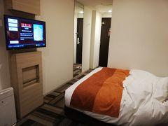 本日のお宿のガーデンホテル。 ブッキングコムで一万円くらいでした。クイーンベッドで広々、インテリアも抜群に気に入りました。たまにこういうところに家だと思って泊まるのでいいわ。