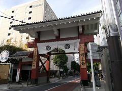 どこか行かなきゃということで、近そうな増上寺へ。これが大門です。