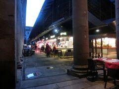 ランブラス通りの横にある、サン ジョセップ市場 (ボケリア市場)市場。 市場ですが屋台もあり、長椅子に腰をかけてタパスとワインを楽しんでいる人達がいます。