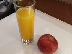 フランクフルトの乗り換えであんまり時間無いし、ついたら行動なので、酔っ払うのもやだしと健康的にオレンジジュースとリンゴ