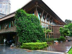 臺北市立圖書館北投分館  公園の中にある台湾初のエコ建築の図書館なのだとか。高さと木の温もりがツリーハウスみたい♪コンクリートはスマートでクールだけど、優しさを感じるなら木造かもね。