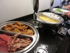とりあえず、ホテルの朝食もチェック。 嬉しい事にドラゴンフルーツが置いてあった。