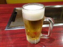 お次はキタのお店を。梅田のお初天神通りにあるゆかり曽根崎本店。 同じく大阪のソールフード、お好み焼きです。 昼に入ったので先ずはビールを。