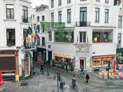 同じく部屋からの写真です。 左の窓からの写真です。  左に見える店は店内に席がありますが、(いまは閉まっている)茶色のブラインドの前に行列ができる超人気店です。(好奇心でトライして見ましたが味はオススメできません) 右側の店は店内で食べる店です。 グランパレスの周りに並んだ店だと40~80ユーロになりますが、この2店だと10ユーロ以下です。 右側の店を進んだ所にあるEXKIはオーガニックの食材の店ですが同様に10ユーロ前後で食べられます。  EXKIは口コミ書いていますので詳細をご覧ください。
