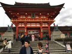 楼門。天正17年(1589年)豊臣秀吉の造営とされています。神社の楼門の規模としては最大級です。