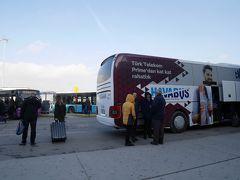 【12月22日(土)、1日目】 降って湧いてきた週末イスタンブールの旅。  僅かながらの臨時収入を握りしめ、「これでイスタンブールに行こう!」と夫をそそのかし、一人往復270TL(約5,400円)の航空券を購入。トルコ国内線は時間帯によっては安いですし、イスタンブールはサビハ・ギョクチェン空港というアジア側の空港の利用がお得です。  サビハ・ギョクチェン空港には10:35到着。そこから、Havaş(ハワシュ)の空港バスでアジア側のカドゥキョイへ。料金は14リラ(約280円)、この時は40分かかりました。